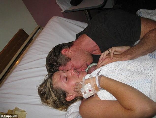Giây phút xúc động khi vợ chồng Kate & David Ogg, ôm con vào lòng để sưởi ấm cho bé.