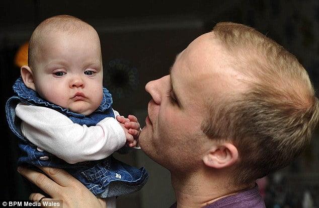 Bố Chris cùng bé Willow