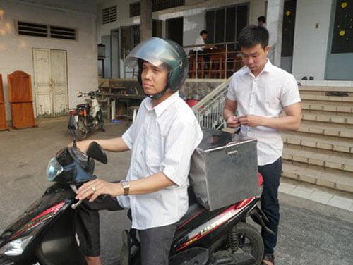 Nguyễn Quế (người đội mũ bảo hiểm) đang chuẩn bị dụng cụ để đi lấy thai nhi ở Bình Dương.