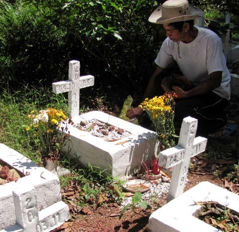 Công việc hàng ngày của anh Hiếu, anh Năng là chăm sóc những ngôi mộ vô danh tội nghiệp
