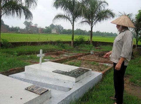 Cô Nguyễn Thị Lập bên những ngôi mộ rõ tên, tuổi hiếm hoi