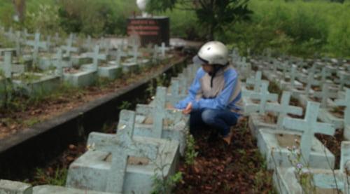 Có những người phụ nữ trẻ lặng lẽ tìm đến những ngôi mộ vô danh này và ngồi khóc cả ngày trời...