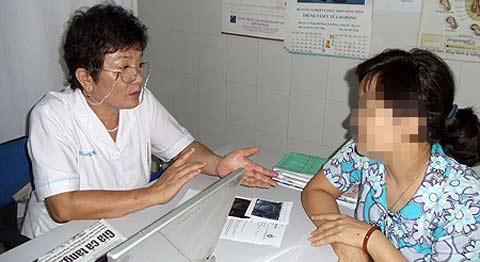 Bác sỹ Lê Thị Kim Dung đang trò chuyện với bệnh nhân tại phòng khám của mình (Ảnh: Đất Việt)