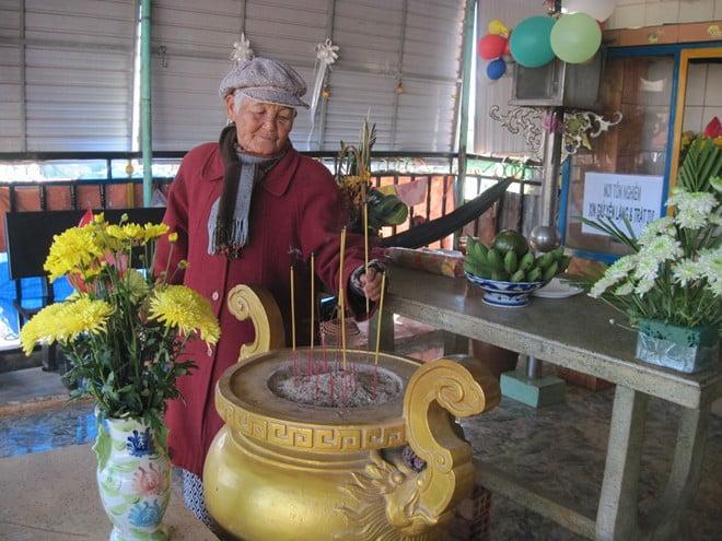 Dù đã lớn tuổi, nhưng hàng ngày bà Tâm vẫn lo hương khói cho các cháu ở nghĩa trang.