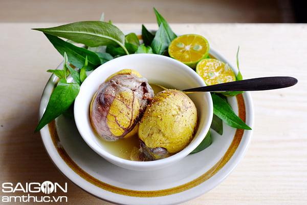 Theo bác sĩ Cường, trong thai kỳ bà bầu có thể ăn trứng vịt lộn, tuy nhiên không nên ăn quá nhiều.
