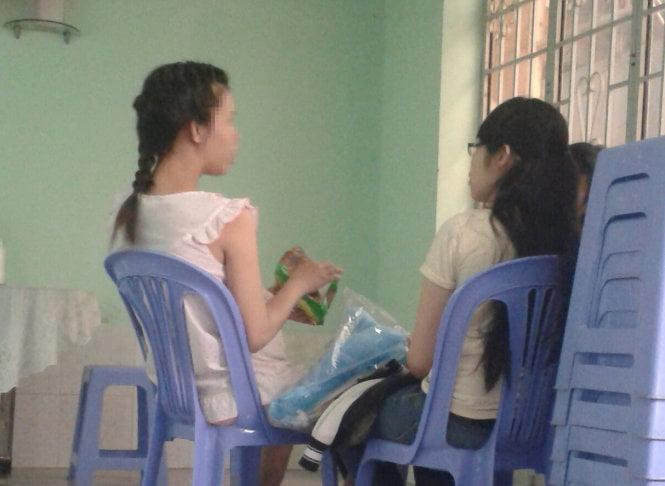 Một em gái mang bầu được gia đình tới thăm ngày chủ nhật - Ảnh: D.Nguyễn