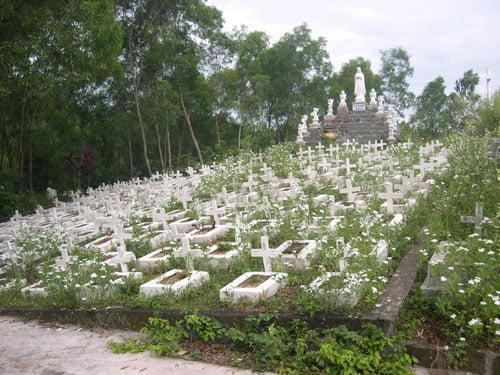"""Gần 50 ngàn hài nhi vô tội bị phá bỏ được chôn cất tại """"Đồi thiên thần""""."""