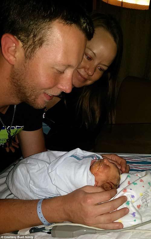 Cậu bé Jaxon đã vượt qua 9 tháng 10 ngày một cách thần kỳ và được sinh ra bởi phương pháp mổ lấy thai vào ngày 27 tháng 8 năm 2014.