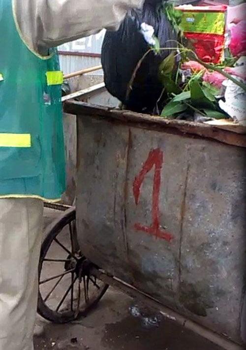 """Bọc nylon đầy """"bí ẩn"""" ấy được chị lao công bỏ lẫn cùng với hàng trăm loại rác thải sinh hoạt khác rồi mang đi."""