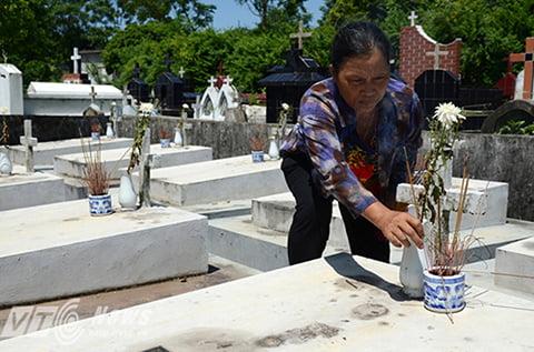 Ngày hai lần đều đặn, bà Nhiệm đều lui tới nghĩa trang để chăm sóc, nhang khói cho các em nhỏ