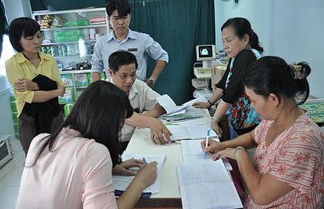 Bà Hoa, bà Ngàn (bên phải) đang làm việc với Thanh tra Sở Y tế TP.HCM. Ảnh: TÙNG SƠN