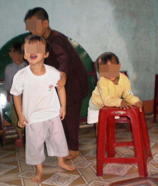 Cháu Triệu, con nuôi anh Phụng giờ đã học tiểu học.