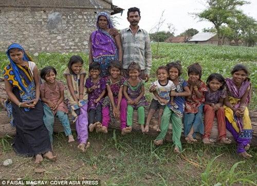Vợ chồng chị Kanu cùng với đàn con của mình.