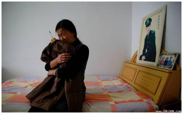 Zheng đang ôm chiếc áo khoác mà con trai mình thích nhất.