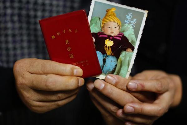 Ảnh cậu con trai Tingyi lúc nhỏ kèm chứng nhận gia đình một con.