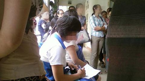 Một cô gái đang viết đơn xin phá thai tại Trung tâm tư vấn sức khỏe và kế hoạch hóa gia đình Bệnh viện Phụ sản Trung ương