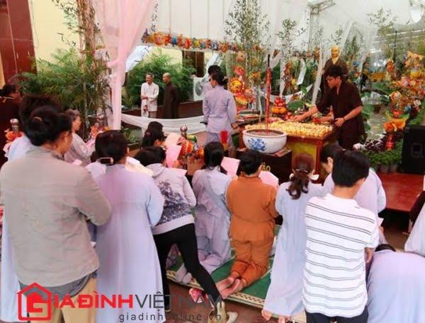 Nhiều bậc cha mẹ chỉ vì bỏ đứa con chưa thành hình nên phải hối hận cả đời (ảnh chụp các bố mẹ đi cầu siêu cho vong linh thai nhi tại chùa Từ Quang, huyện Bình Chánh, TP HCM)
