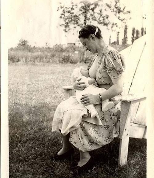 Mẹ cho con bú giữa thiên nhiên