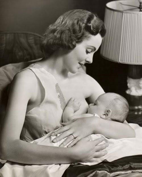 Hình ảnh một người mẹ Anh đang cho con bú những năm 1950