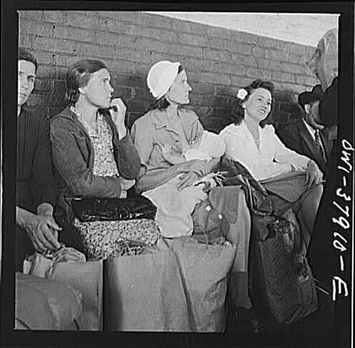 Hình ảnh một người mẹ cho con bú ngay tại bến tre buýt Chattanooga, được chụp năm 1943