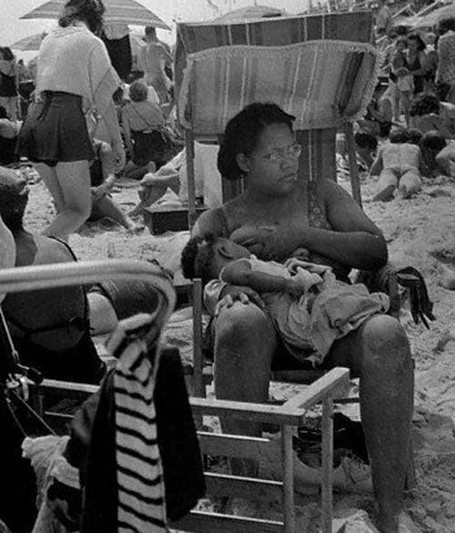 Mẹ không ngần ngại kéo áo cho con ti trên bãi biển. Hình ảnh được chụp những năm 1930