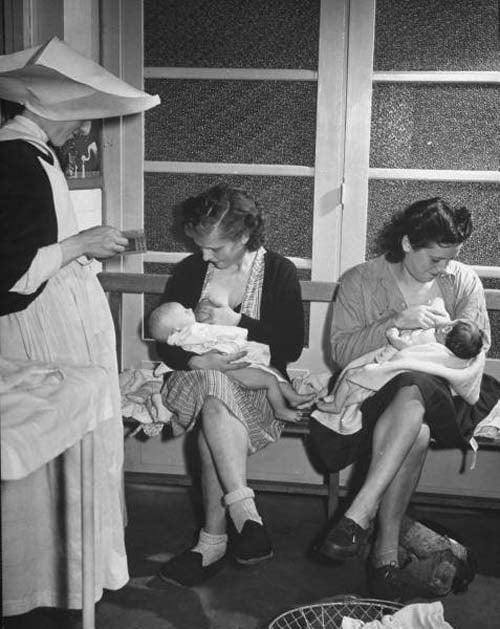 Các bà mẹ cùng cho con bú tại một phòng khám ở Paris, Pháp. Hình ảnh được chụp năm 1946