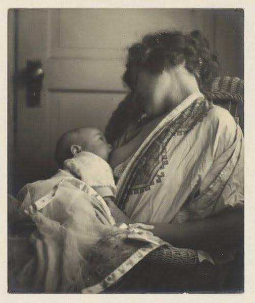 Người mẹ say sưa ngắm con bú. Hình ảnh được chụp những năm 1900