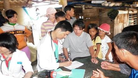 Hình ảnh của ông bác sĩ (áo blu) luôn gắn với những người bệnh nghèo.