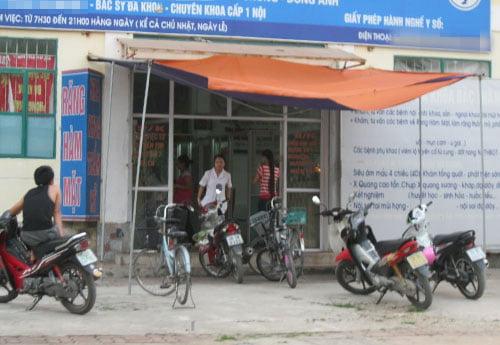 Công nhân đến phòng khám tư tại xã Kim Chung, Đông Anh