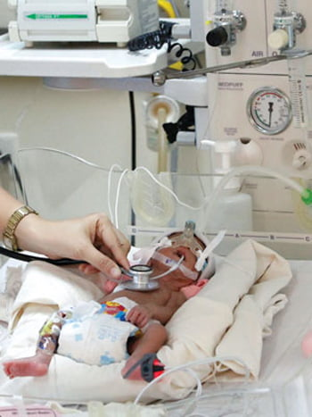 Bé trai của chị G. tại khoa hồi sức sơ sinh bệnh viện Nhi Đồng 1. Ảnh: Thanh Hảo