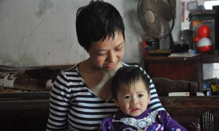 Chị Yên hạnh phúc bên con gái Cẩm Tú (Ảnh: Đăng Duy).