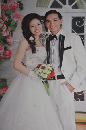 Ảnh cưới của vợ chồng chị Yên, anh Hợp hai năm về trước. (Ảnh chụp lại, Ảnh: Đăng Duy).