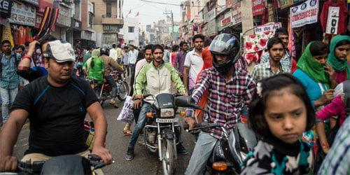 Khu chợ tấp nập của thị trấn Hisar, bang Haryana, phía bắc Ấn Độ, một trong những nơi có tỷ lệ giới tính nam - nữ khi sinh cao nhất Ấn Độ, hầu như chỉ thấy đàn ông. Ảnh: Wall street.