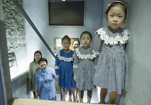 Bà Lim Ki-ouk (thứ hai từ trái sang) một cựu giảng viên đại học 64 tuổi, chụp ảnh cùng hai trong số 4 cô con gái và 3 cháu gái của mình trong một quán cà phê ở Seoul. Con gái bà Ko Bo-min, 38 tuổi, ngoài cùng bên trái, cũng là giảng viên đại học, cho biết thái độ đối với con gái đã thay đổi. Ảnh: Wall street.