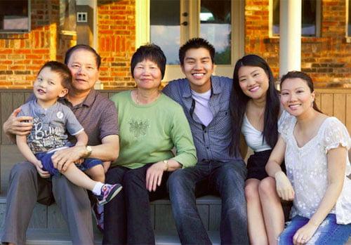 Bố mẹ chị Lisa Smiley bên các cháu và ba người con nhỏ nhất của họ. Ảnh: Photo Courtesy of Lisa Smiley.