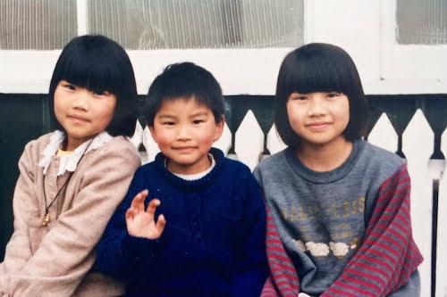 Chị Lisa Smiley (bên phải) cùng chị em mình khi còn nhỏ. Ảnh: Photo Courtesy of Lisa Smiley.