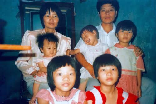 Bố mẹ chị Lisa Smiley và 5 cô con gái khi còn ở Trung Quốc. Ảnh: Photo Courtesy of Lisa Smiley.