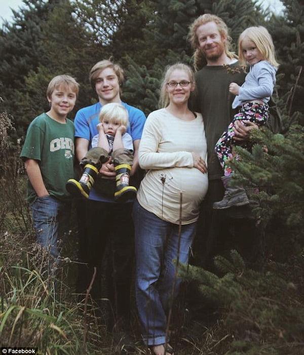Erica chụp ảnh cùng gia đình trước khi sinh con.