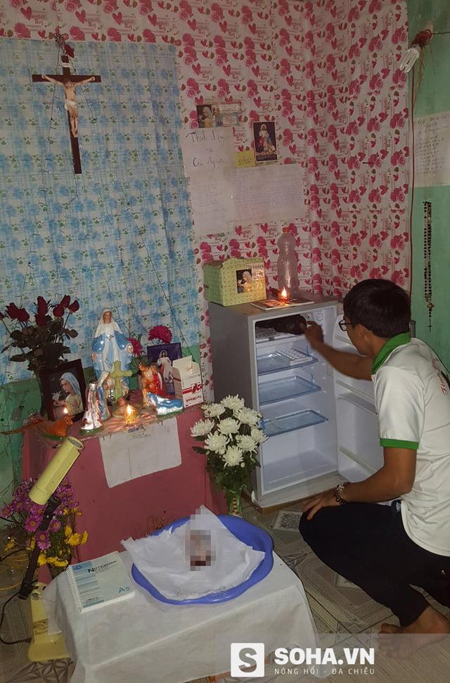 Chiếc tủ lạnh Sơn và các bạn bảo quản hài nhi được đặt trong phòng.