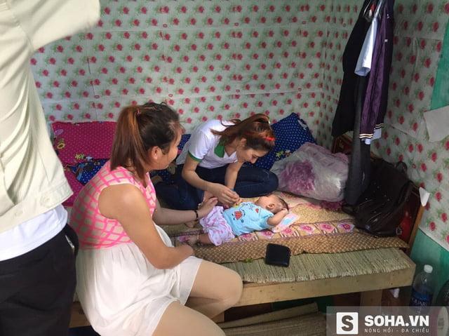 Một nữ công nhân khi có bầu đã được nhóm của Sơn cưu mang và hạ sinh một bé gái bụ bẫm.