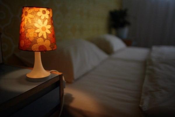 Mẹ có thể cho con ngủ dưới ánh đèn vàng dịu nhẹ