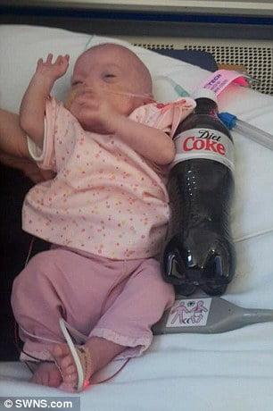 Bé Kaci-Rose Cratchley ra đời khi mới được 23 tuần tuổi thai, và chỉ nặng 520g. Các bác sĩ đã báo với bố ẹm em rằng bé gái có rất ít cơ hội sống.