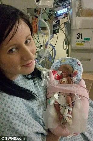 Cô Cratchley chuyển dạ 4 tháng trước ngày dự sinh – chỉ qua giới hạn phá thai có 1 tuần.