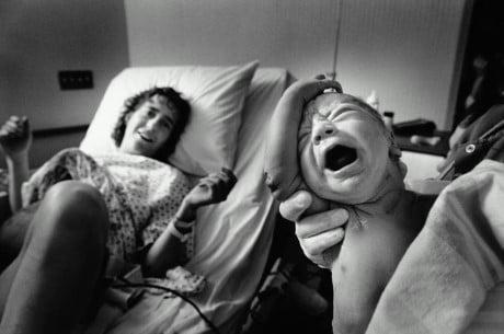 Con chào đời là khoảnh khắc duy nhất trong đời mà mẹ cười khi con khóc.