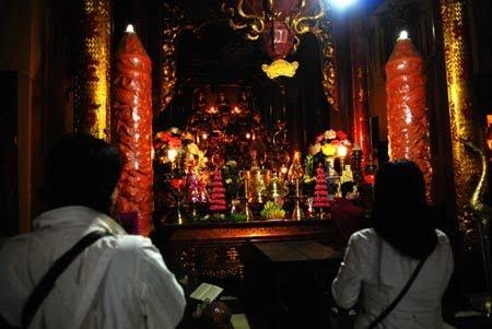 Nhiều người trẻ cầu siêu ở chùa Quán Sứ