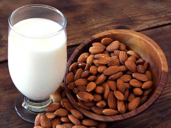 Trong số các loại hạt, hạnh nhân đặc biệt có tác dụng tốt nhất, giúp mẹ có lượng sữa dồi dào