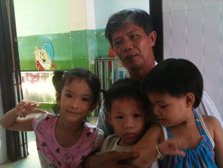 Ông Tống Phước Phúc cùng các con trong nhà