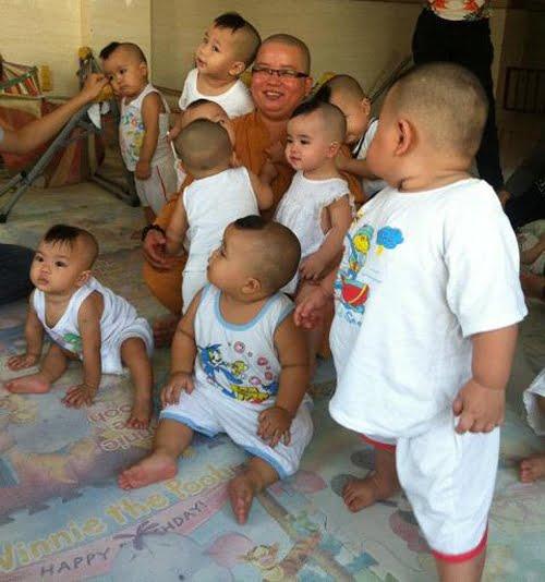 Sư cô Tâm Huệ và những đứa trẻ bị bỏ rơi tại chùa Linh Sơn