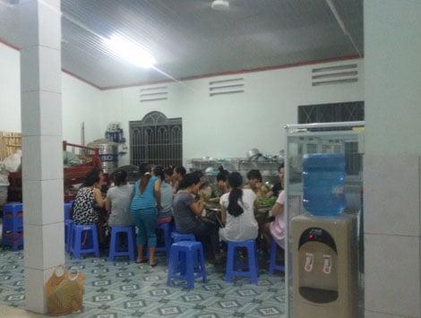 Bữa cơm đầm ấm của các thành viên nhà tạm lánh Mai Tiến.