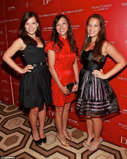 Bà Amy Chua (ở giữa) và hai con gái. Ảnh: Film Magic.